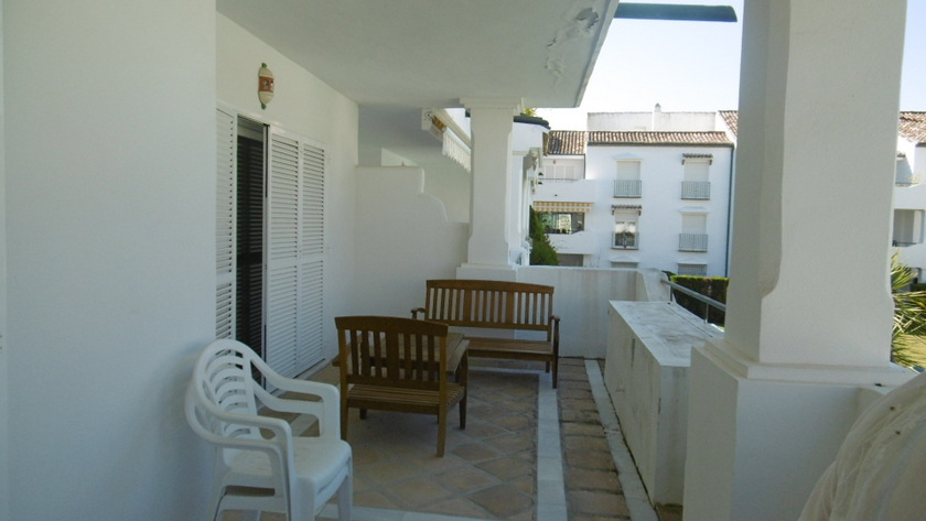 Beautiful 2 bedroom apt ist floor views over the pool.